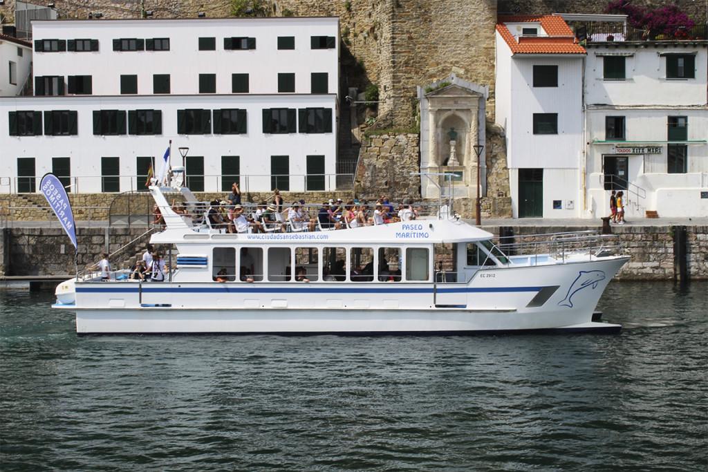 el catamaran ciudad de san sebastian en el puerto donostiarra paseos por la concha