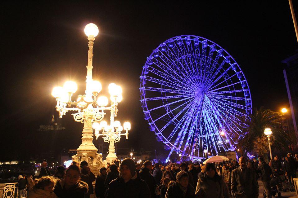 viajar en navidad a san sebastian, que hacer en estas fechas en Donosti. Fotografia de la noria gigante de alderdi eder