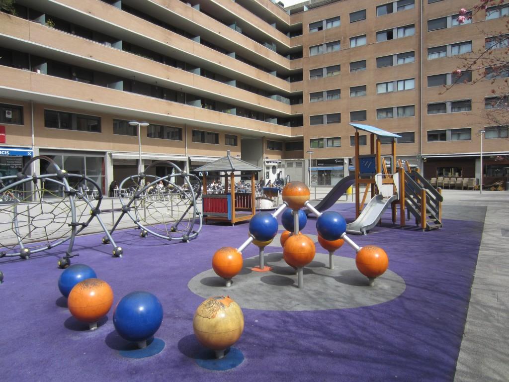 parque infantil en la plaza de atotxa campo donde jugaba la real sociedad de futbol