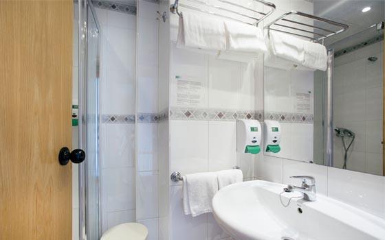 hotel económico en donostia con baño incorporado, secador de pelo, toallas... no echarás nada en falta cuando vengas a hacer turismo en donostia